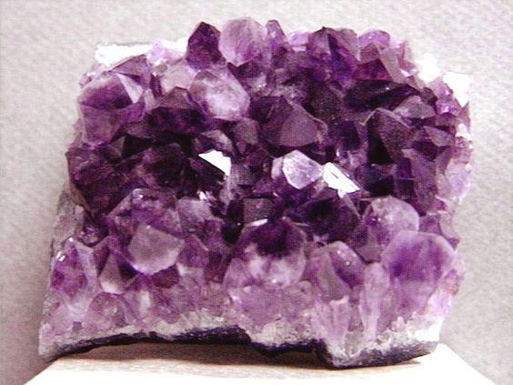 Ametista. Mineral, variedade de quartzo de coloração violeta devido à presença do ferro-férrico. Amostra do município de Chopinzinho, sudoeste do Paraná. Geologia na Escola - Mostruário - Serviço Geológico do Paraná - Mineropar