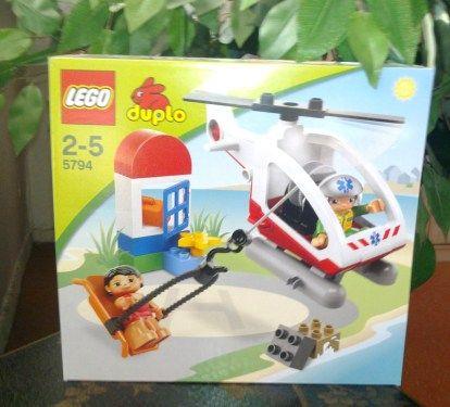 Lego Spielzeug Model 5794. Der Rettungshubschrauber im Set mit folgendem Zubehör: - Rettungshubschrauber mit Notfallausrüstung und Transportbahre - Pilot und Frau als Figuren - weitere DUPLO Elemen...