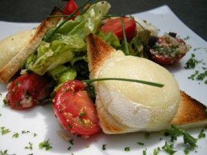 INGRÉDIENTS DE LA SALADE AU CHEVRE CHAUD  250 g de feuilles de salades mélangées (roquette, laitue et chicorée, par exemple) ASSAISONNEMENT DE LA SALADE AU CHEVRE CHAUD  6 cuillères à soupe d'olive vierge 3 cuillères à soupe de vinaigre blanc ½ cuillère à soupe de sucre ½ cuillère à soupe de moutarde forte Sel et poivre CROÛTONS POUR LA SALADE AU CHEVRE CHAUD  12 tranches de baguette Huile d'olive vierge extra 12 tranches fines de fromage de chèvre frais, picodon par exemple Fines herbes…