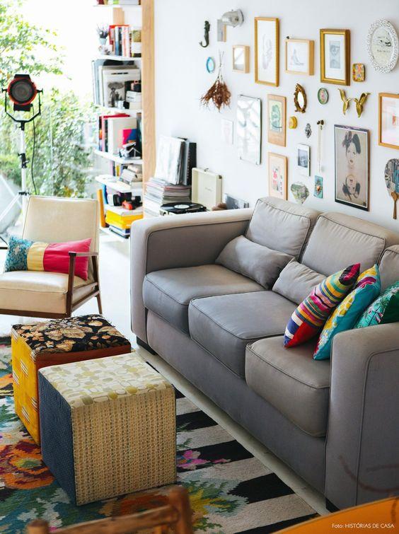 05-decoracao-sala-sofa-cinza-parede-quadrinhos-casa-colorida
