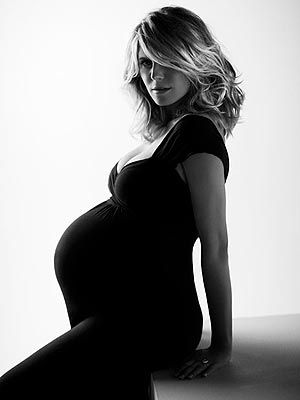 I love when maternity portraits highlight the woman, too, not just her shape. #maternity #photography #heidi_klum