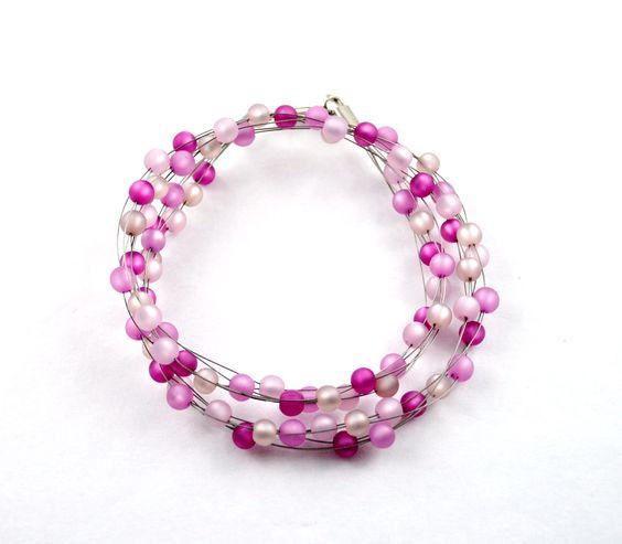 Verspieltes Wickelarmband aus 6 Strängen gearbeitet mit kleinen Polaris Perlen in verschiedenen rosa-tönen