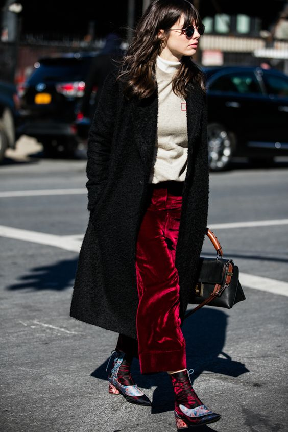 Falda extra larga en terciopelo para un look urbano:
