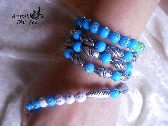 Draht Wickelarmband-Kette blau von Bastel-DW-Fee auf DaWanda.com Dieses Armband wurde in liebevoller Handarbeit hergestellt.  Zu jedem Outfit der passende Dreh! Plastik Trend 2016: Die Plastik Perlen sind durch kleine Strassteine veredelt. Durch die Plastik Perlen, ist das Armband, das man auch als Kette tragen kann, sehr leicht.  Verwendete Materialien :  -Aludraht -Metallic Perlen -Strass-Plastik-Perlen