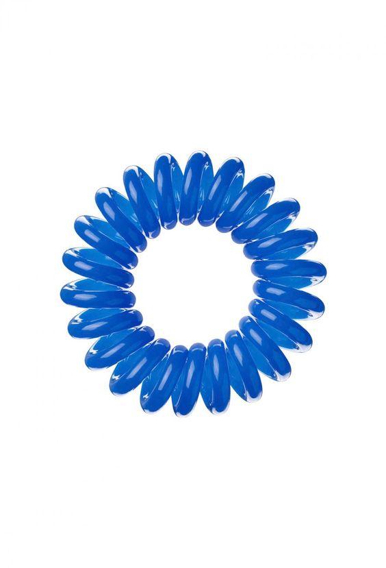 """Hält vom Winde verwehtes Haar stylisch zusammen und ist garantiert seetauglich: das """"Invisibobble""""-Haargummi in der Farbe Navy Blue. Aus Kunstharz, 3 Stück für 5 €, erhältlich bei"""