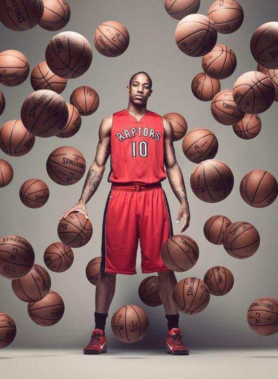 たくさんのバスケットボールが浮いている