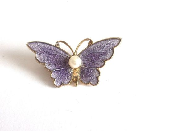 VINTAGE 50 S LILAC PURPLE ENAMEL GOLD TONE PEARL BUTTERFLY INSECT BROOCH