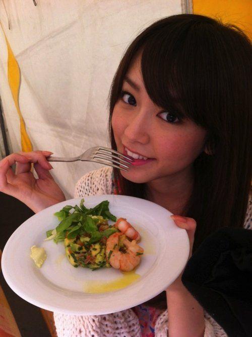 料理皿を持つ桐谷美玲
