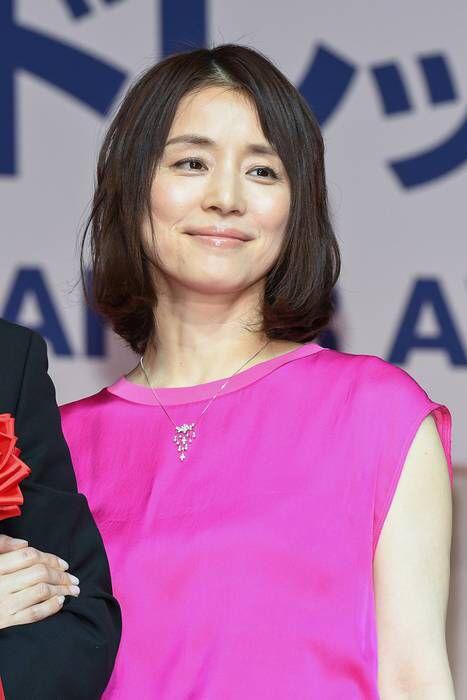 ショッキングピンクのワンピースの石田ゆり子