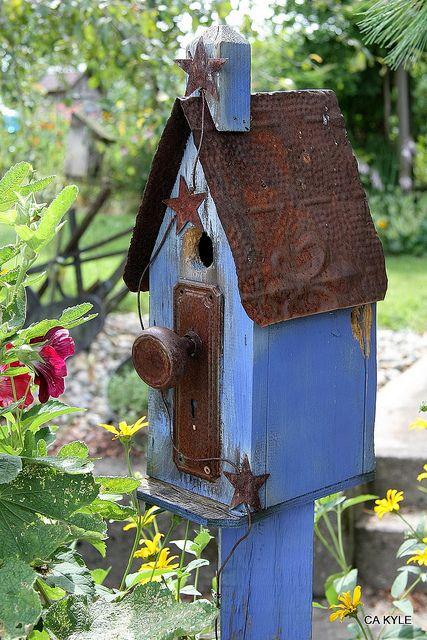 Vogelhuisje van een oude deurknop, grappig voor in de tuin
