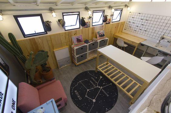 Decora Rosenbaum Temporada 2 - Bonés. Sala de bonés, painel em pinus, decoração com cactus, tapete constelação de orion. Foto: Felipe Felco Valle