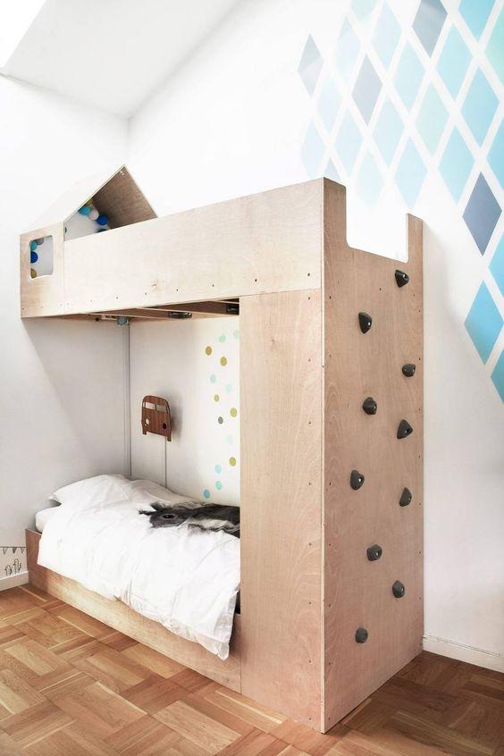 For klatremus: sengen er formet som et lite hus med tak og vinduer ...