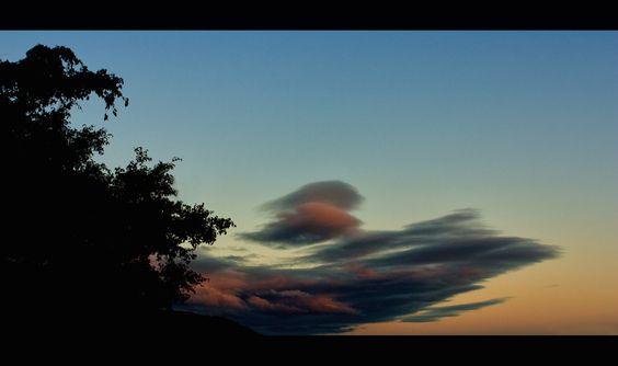 """""""Dinamismo  y belleza"""":                                                     Increíble Curvatura de las nubes que casi parecen moverse al horizonte - Foto de Enrique Mendez"""