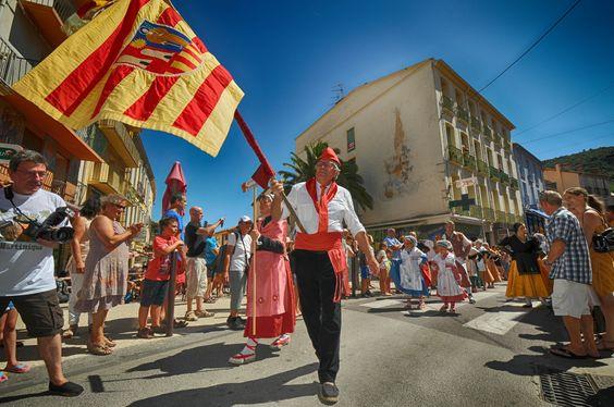 https://flic.kr/p/KnfaG1 | 74ème Festival Folklorique International Danses et Musiques du Monde | N'hésitez pas à consulter notre site internet www.tourisme-amelie.com  Dès le début du 20° siècle et notamment lors des fêtes du Carnaval, un groupe de jeunes gens et de jeunes filles exécutait dans les rues de la ville des danses folkloriques catalanes.  Jean TRESCASES, fondateur des Danseurs catalans d'Amélie les bains en 1935, créa en 1936 un festival folklorique des provinces françaises.  Et…