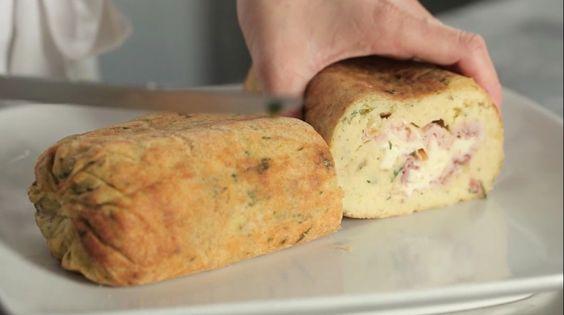 Il rotolo di patate è un secondo piatto gustoso e semplice da preparare a base di patate schiacciate farcite con prosciutto cotto e scamorza affumicata.