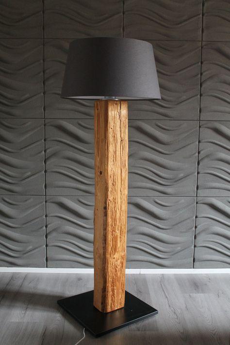Stehlampe im Altholzdesign mit grauem Lampenschirm für die