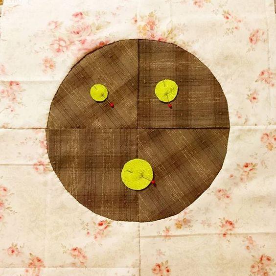 【mm.ori._.pw.hm】さんのInstagramをピンしています。 《さてと。縫い付け開始😆⤴ 顔じゃないょ✨  #ハンドメイド#ハンドメイドキルト#キルト#キルティング#パッチワーク#パッチワークキルト#タペストリー#桜のタペストリー#ミニタペストリー#桜#さくら#サクラ#友達からのご依頼の品#和#縫い付け #quilting#quilt#handmade#patchwork#handpiecing#handquilting#handquilt#patchworkquilting#patchworkquilt#tapestry#handmadetapestry#sakura》