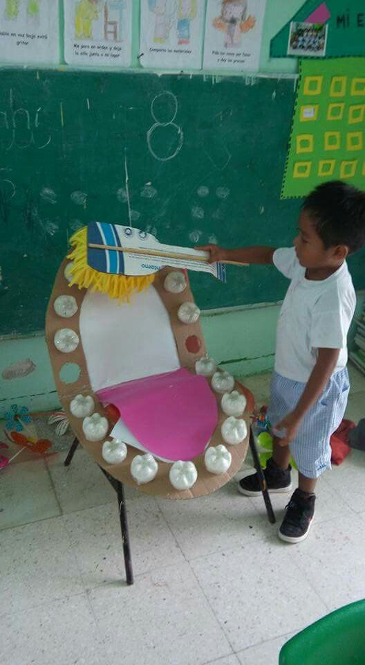 Dentadura con material reciclado para enseñar el correcto cepillado y la higiene dental: