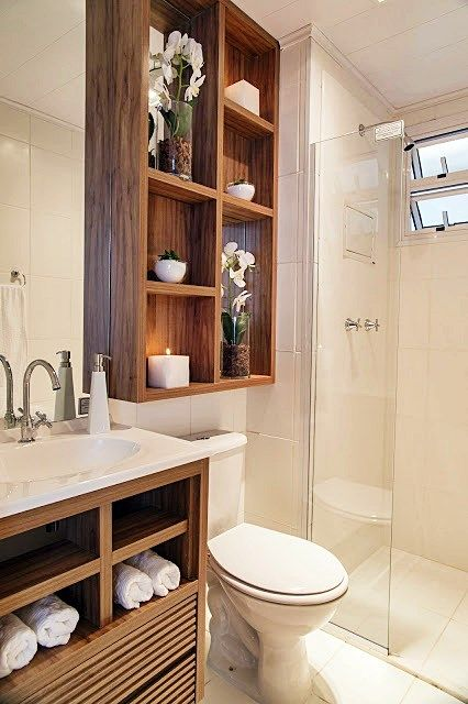 Um banheiro pequeno com espaço bem usado e de uma forma muito bonita: