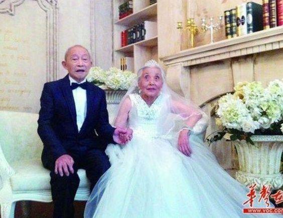 ESPECTÁCULOS Una pareja de ancianos se fotografía por primera vez con trajes de boda Una pareja de ancianos posa para sus fotografías de boda ¡tras 68 años!