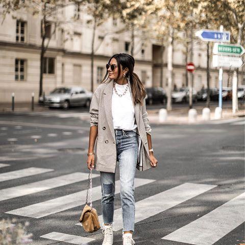 2019 Sokak Modasinin En Sik Kiyafet Kombinleri Mavi Mom Jeans Beyaz Kazak Gri Ceket Krem Bagcikli Spor Ayakkabi Moda Kiyafet Kadin Olmak