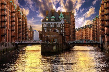 'Wasserschloss - Speicherstadt Hamburg' von Matthäus Rojek bei artflakes.com als Poster oder Kunstdruck $27.72