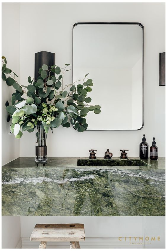 marmeren wastafel in badkamer