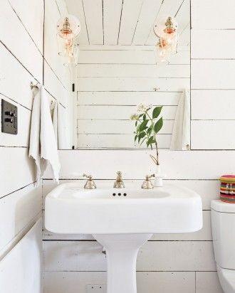 Baltas kaimiškas ir labai romantiškas vonios kambarys.