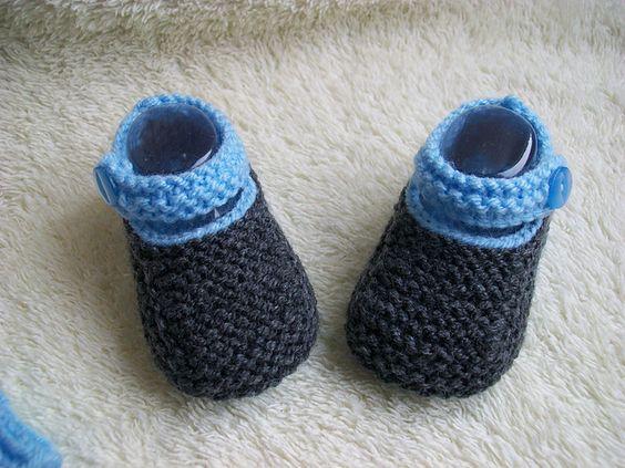 Chaussons bébé bleu et gris.