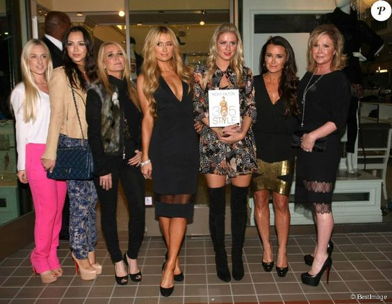"Paris Hilton, Nicky Hilton, Kim Richards, Kyle Richards, Kathy Hilton - Nicky Hilton en dédicace de livre ""365 Styles"" à Beverly Hills. Le 21 octobre 2014"