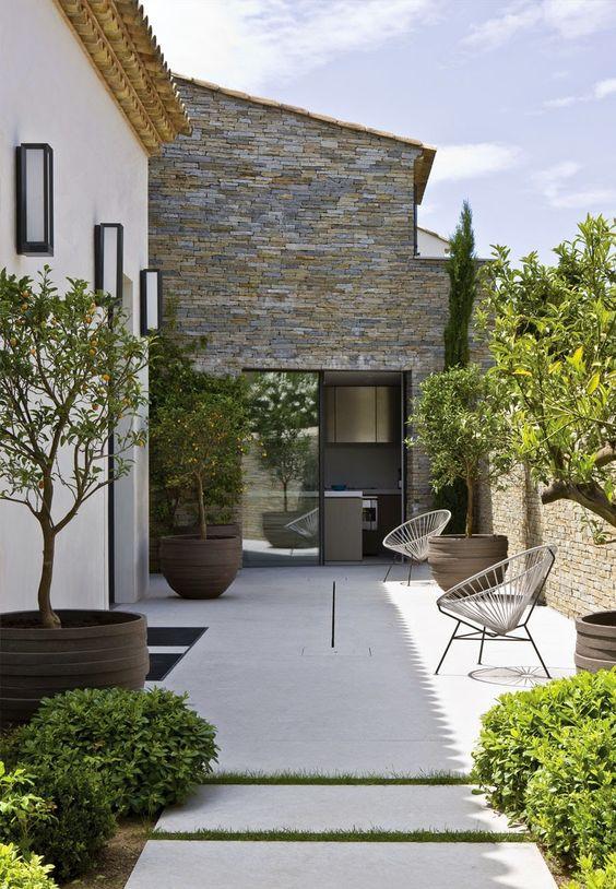 Maison proven ale contemporaine planters design et murs textur s - Planter campanule des murs ...