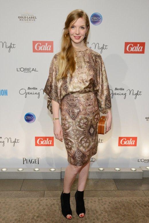Pheline Roggan in einem Kimono-Kleid von H&M. Mögen wir, weil es aus Tencel und Bio-Seide ist. Unser Look des Tages, jeden Tag neu.