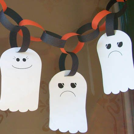 Get the kids to help you make this Halloween garland with happy and sad ghosts!