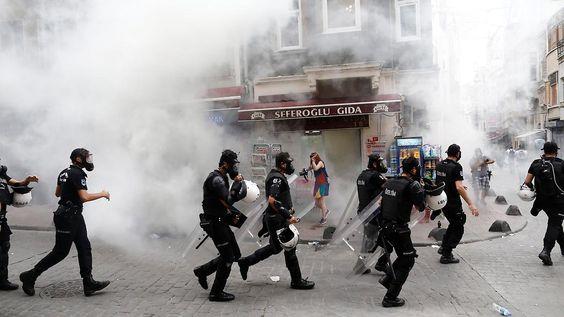 """Tränengas bei """"Pride Week"""": Abgeordneter Beck in Türkei festgenommen"""