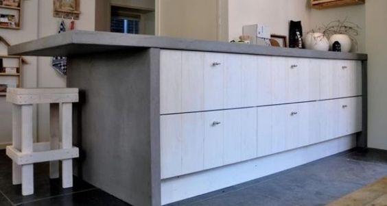 Keuken van massief ruw hout wit gelakt. Deze sloophouten look is gemonteerd op een Ikea frame. Sloophouten fronten verkrijgbaar bij HoutCuisine
