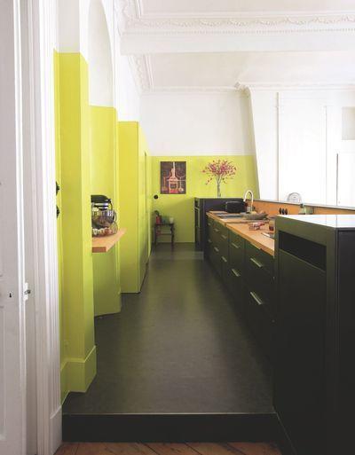 Une cuisine déco ouverte tout en longueur. Plus de photos sur Côté Maison http://petitlien.fr/85s3