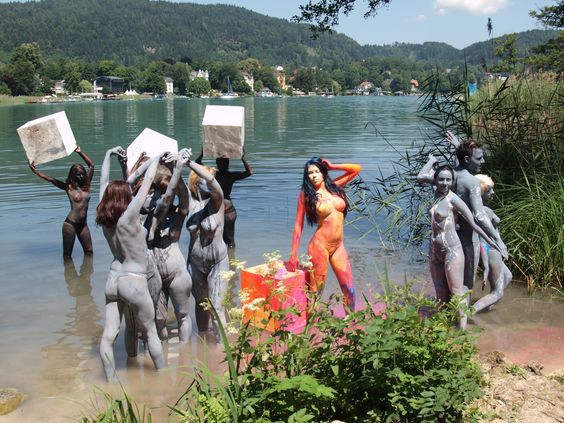 https://upload.wikimedia.org/wikipedia/commons/a/aa/Lake_shore_body_painting_by_Artcello.jpg