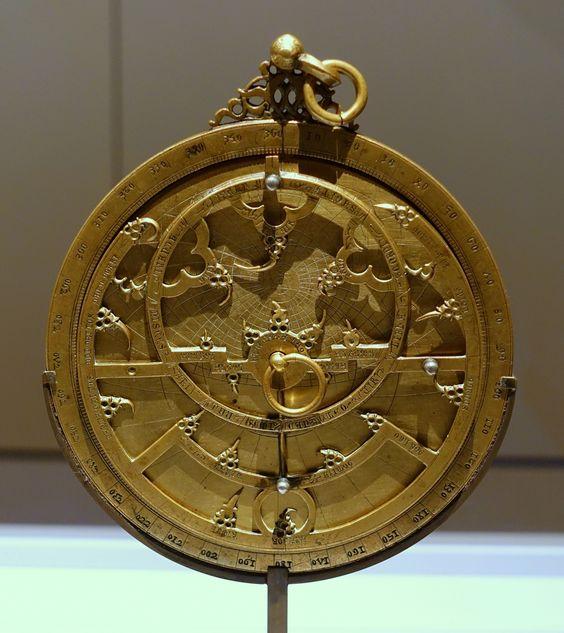 Astrolabio planisférico con inscripciones en latín y árabe y con inscripciones posteriores en hebreo y en castellano