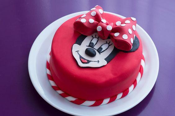 Pour réaliser un gâteau Minnie en pâte à sucre #Minnie #cakedesigne