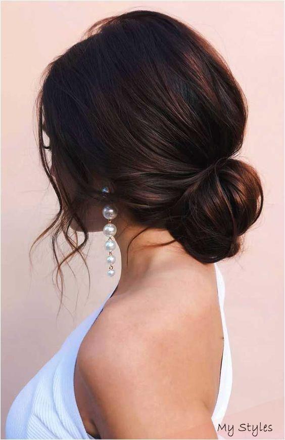 17 09 2020 Schlichte Elegante Brautfrisuren Photo Fabmood Hairstyles Hochsteckfrisur Frisuren Fur Welliges Haar Frisur Hochgesteckt