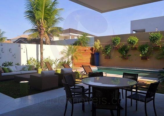 A área externa concentra as atrações ao ar livre, onde um lounge cheio de estilo se destaca com graça e sofisticação.