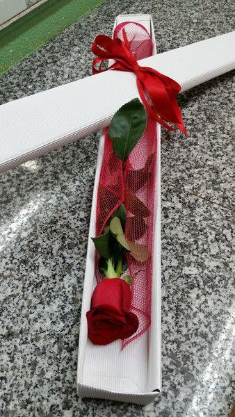 Bellissima Rosa Rossa singola confezionata in una scatola e decorata con un…