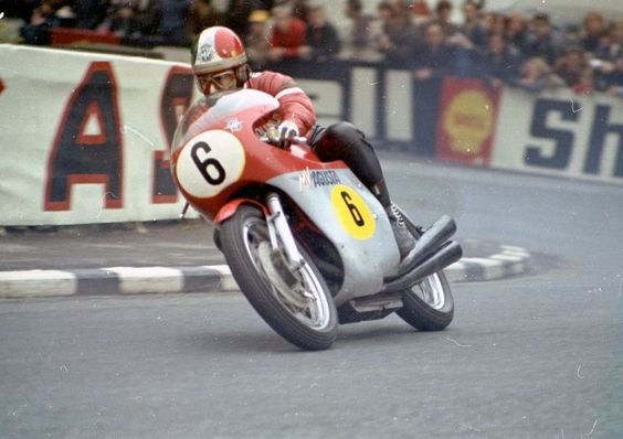 Giacomo Agostini su MV durante un Gp dell'isola di Man
