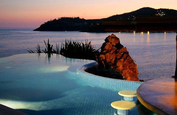 La Casa que Canta, México. Esta piscina infinita se vierte en el océano, y al mismo tiempo te regala una preciosa vista a la bahía de Zihuatanejo.