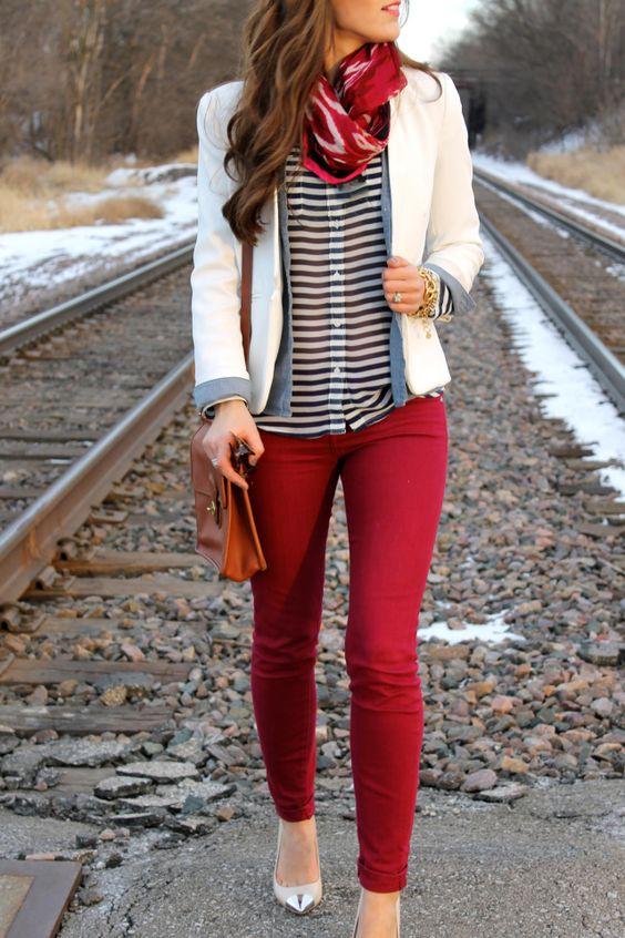 cranberry pants, white, and stripes Lineas y una combinacion de color cereza y blanco ! Lindo no!: