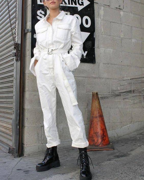 Look com macacão utilitário e coturno fashion