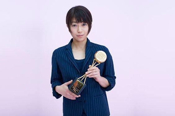 トロフィーを持つ宇多田ヒカル