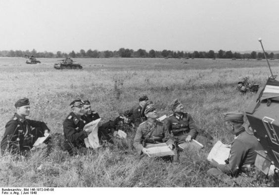 Westfeldzug, Rommel bei Besprechung mit Offizieren  German Major General Rommel in a field in France, Jun 1940; note Panzer 38(t) tanks in the background