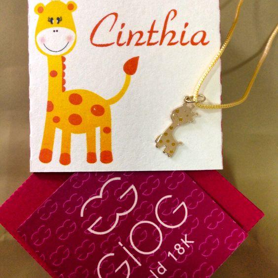 Pingente girafa com embalagem personalizada em papel.