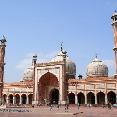 It's the largest mosque in India. Can you tell us the name of this mosque.